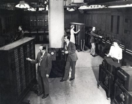 ENIAC, el primer ordenador digital totalmente electrónico http://io9.com/incredible-historic-pictures-of-early-science-labs-485796493