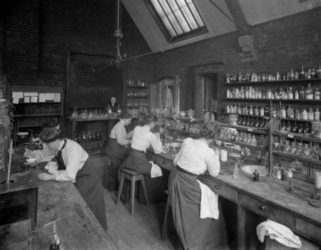 Mujeres trabajando en un laboratorio en Girton College, Cambridge University http://io9.com/incredible-historic-pictures-of-early-science-labs-485796493