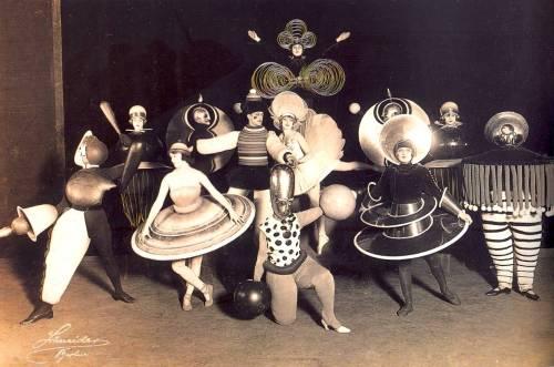 """Vestuario del ballet triádico en la revista teatral """"De nuevo Metropol"""" (Teatro Metropol de Berlín), diseñado en 1926 por Oskar Schlemmer"""