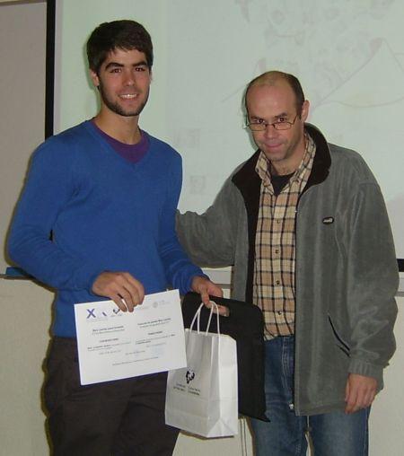El presidente de la COmisión para la Igualdad de la ZTF/FCT,, entrega el primer premio a  Mikel Etxeberria Mendia