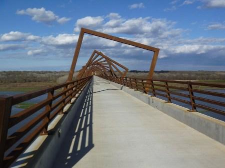 http://homemadeiowalife.blogspot.com.es/2011/05/high-trestle-trail-bridge.html