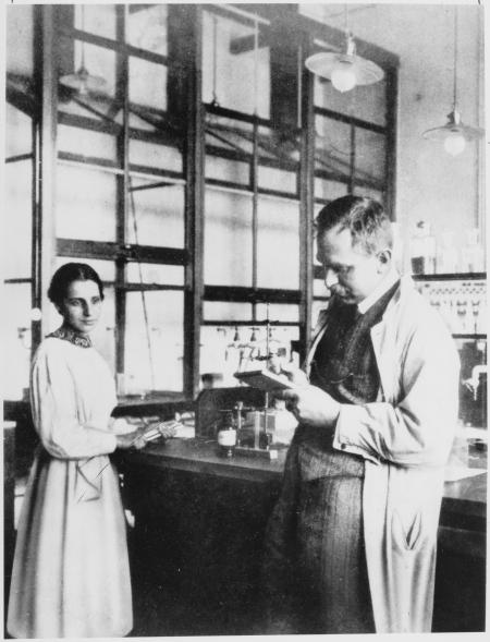 Lise Meitner y Otto Hahn en el laboratorio  (1913) http://en.wikipedia.org/wiki/File:Otto_Hahn_und_Lise_Meitner.jpg