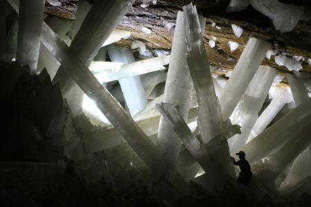 Fotografía de los cristales de yeso de la cueva de Naica  http://commons.wikimedia.org/wiki/File:Cristales_cueva_de_Naica.JPG