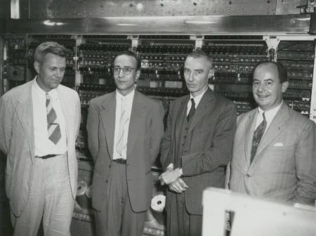 De izquierda a derecha,  Julian Bigelow, Herman Goldstine, J. Robert Oppenheimer y John von Neumann en Princeton Institute for Advanced Study