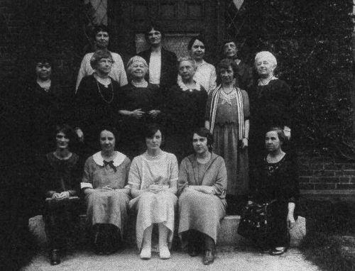 The Ladies of Observatory Hill . Annie es la segunda por la izquierda en la fila central.