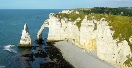 800px-L'Aiguille_et_la_Porte_d'Aval-Etretat-Normandie
