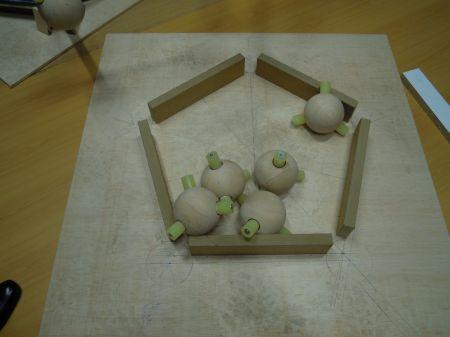 Fig. 2 (1). Materiales. Átomos de carbono, enlaces y plantillas