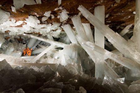 http://vicente1064.blogspot.mx/2010/11/cristales-gigantes-que-crecen-en-cueva.html