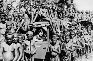 Pigmeos mbuti con exploradora Osa Johnson (1930)
