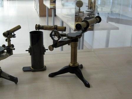 Espectroscopio de Bunsen y Kirchhoff. Museo de la Geología (UCM) http://pendientedemigracion.ucm.es/centros/webs/museogeo/index.php?tp=ESPECTROSCOPIO+DE+BUNSEN+Y+KIRCHHOFF&a=dir1&d=31332.php