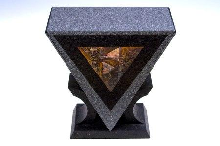 La caja en forma triangular http://danielkelm.com/core/galleryfullsize/97/1