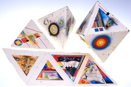 Los paneles pueden formar diversos sólidos platónicos http://danielkelm.com/core/galleryfullsize/97/4