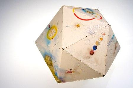Los veinte paneles crean un icosaedro http://danielkelm.com/core/galleryfullsize/99/4