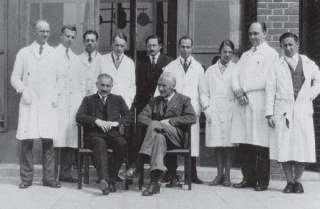 Archibald Hill (sentado a la derecha) y Otto Meyerhof (sentado a la izquierda), con un grupo de investigadores de  Heidelberg en 1930. Archivos de la SociedadMax Planck https://www.mpg.de/7023399/