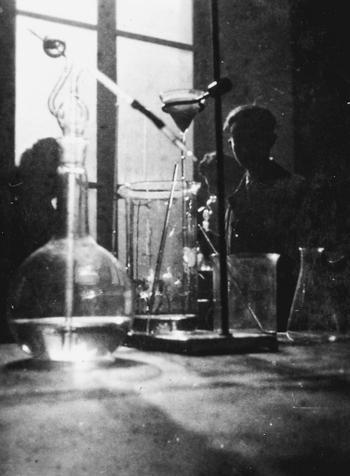 Primo Levi en un laboratorio en el Instituto de Química de la Universidad de Turín (1940)