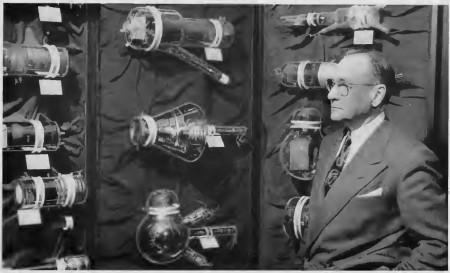 Zworykin con algunos tubos de cámara que desarrolló