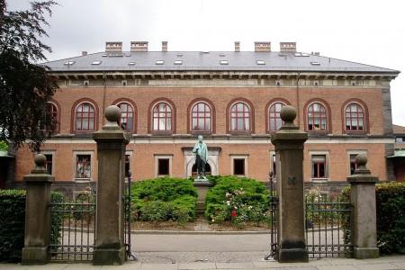 El Laboratorio Calsberg con la estatua de Johan Kjeldahl