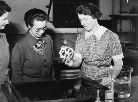 Dorothy Wrinch, con un modelo de ciclol, 1938