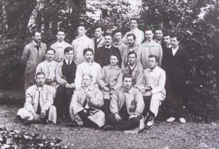 René Gateaux (entouré en vert) prenant la pose aux côtés de ses camarades de la promotion scientifique de 1907 de l'École normale supérieure.