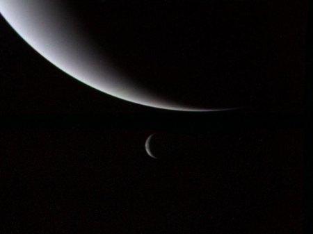 Neptuno (arriba) y Tritón (al fondo), vistos por Voyager 2