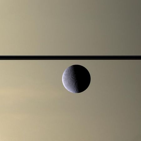 800px-Rhea_in_front_of_Saturn