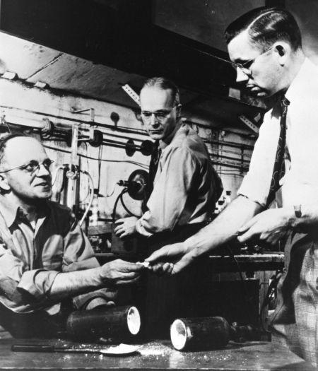 De izquierda a derecha: Jack Rebok, Robert McHarness y Roy Plunkett. © Hagley Museum