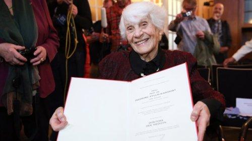 Ingeborg Syllm-Rapoport, muestra feliz su tesis
