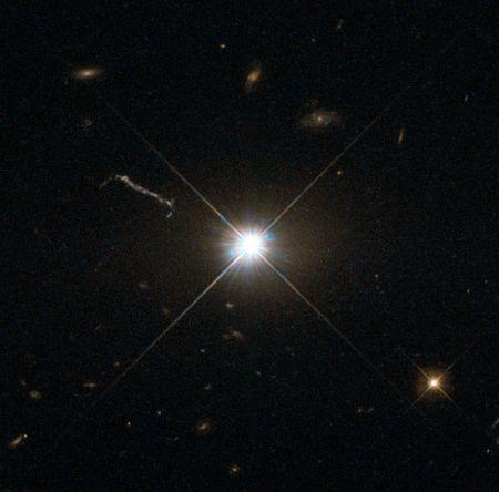 El cuásar 3C 273, imagen tomada por el telescopio espacial Hubble. Best image of bright quasar 3C 273, Hubble Space Telescope.
