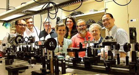 M.J. Yzuel con el equípo de investigación del Laboratorio de Óptica de la UAB. Fotografía AMIT.
