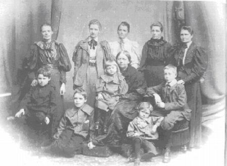 Figura 2: Alicia con sus hermanas, su madre y varios descendientes. De derecha a izquierda, de arriba a abajo: M. Taylor, E.L. Voynich, A. Boole Stott, L.E. Boole, M.E. Hinton, J. Taylor, M. Stott, M. Everest Boole, G. Hinton, G.I. Taylor, L. Stott.