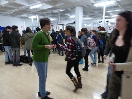 Repartiendo pegatinas en la entrada de la Facultad. Fotografía de Rosa Ausin