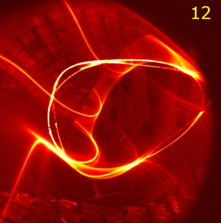 Día 12: Electrons and ions on circular loops. © MPG