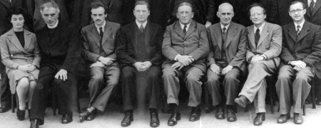 Sheila Power con Pádraig de Brún, Paul Dirac, Éamon de Valera, Arthur Conway, Arthur Eddington, Erwin Schrödinger y Albert Joseph McConnell (1942).