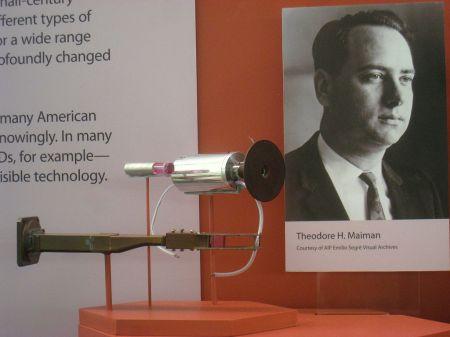 En primer láser y su cristal de rubí , que emite la primera luz el 16 de mayo de 1960.
