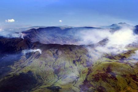 1. irudia: Tambora sumendia. Indonesiako Sumbawa uhartean dago, 2.722 metroko altuera du eta bere azken erupzioa 1967. urtean izan zen. (Argazkia: Wikipedia).