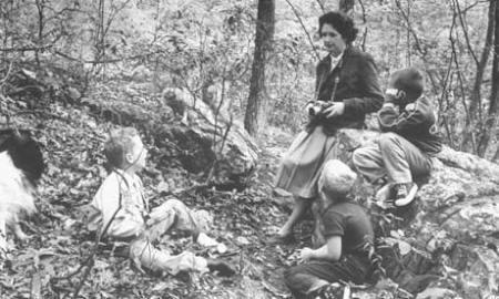 En un bosque cercaco a su casa de maryland en 1962, año de la publicación de Primavera silenciosaEn un bosque cercano a su casa de Maryland en 1962, año de la publicación de Primavera silenciosa.