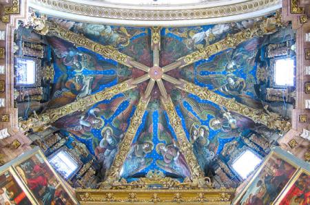 Imagen 1. Los doce ángeles que decoran la bóveda sobre el altar mayor de la catedral valenciana una vez realizadas las labores de restauración. Fuente: Wikimedia Commons.