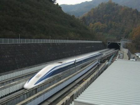 3. irudia: MLX01 maglev trena YamanashiIman hirian, Japonia, EDS teknologian oinarrituta. Abiadura maximoa 581 km/h. Iturria: Wikipedia.