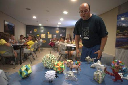 """Taller de papiroflexia de José Ignacio Royo dentro de la """"Semana de las Matemáticas del Planeta Tierra""""."""