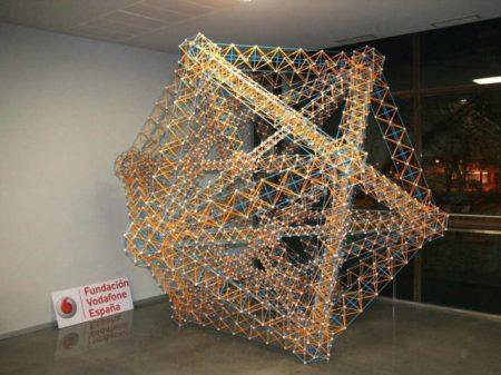 Escultura Eiffel Icosa realizada con la herramienta Zometool por los estudiantes de la E.T.S. de Arquitectura de la UPV/EHU.